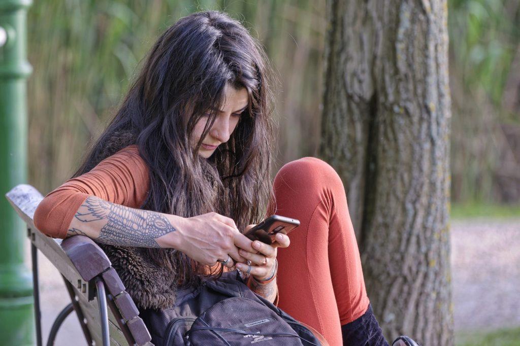 Woman Smartphone Bench Park  - icsilviu / Pixabay